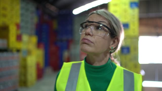 倉庫で疲弊した従業員 - 倉庫作業員点の映像素材/bロール