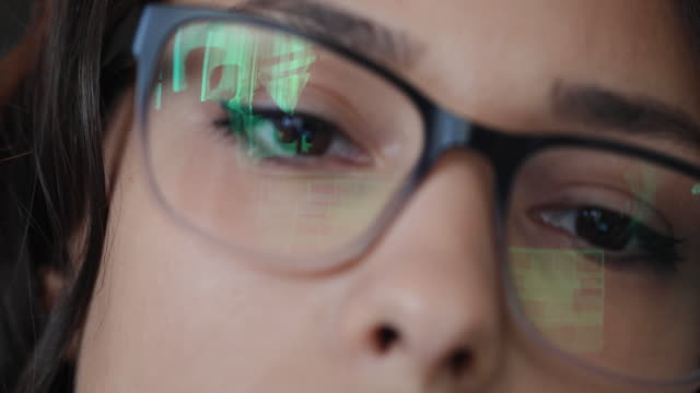 vídeos de stock, filmes e b-roll de arquiteto fêmea esgotado que trabalha duramente no escritório - óculos