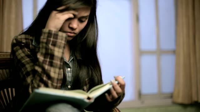 vídeos de stock, filmes e b-roll de garota indiana exausto aluno para de estudar e deixa a sala de estudo. - fechando