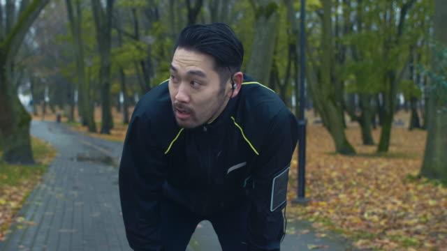 疲れ果てた日本人ランナー - exhaustion点の映像素材/bロール