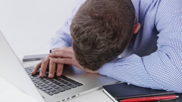 DS erschöpft Büroangestellte arbeiten auf einem laptop