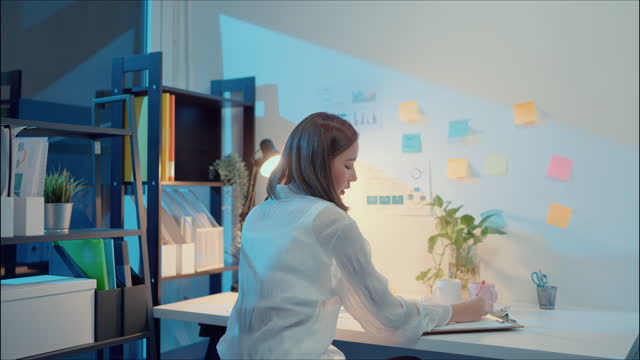 vídeos de stock e filmes b-roll de exhausted woman working late night in office. - trabalhadora de colarinho branco