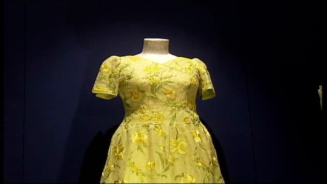 vidéos et rushes de exhibition of queen's dresses and jewellery yellow embroidered dress pull out two pink chiffon embroidered dresses orange sleeved dress with... - chiffon