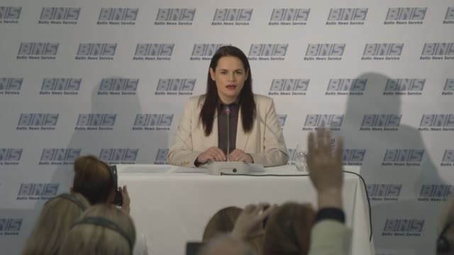 exiled belarus politician svetlana tikhanovskaya calls on protesters to continue their campaign against lukashenko; lithuania, vilnius: svetlana... - demonstrant stock-videos und b-roll-filmmaterial