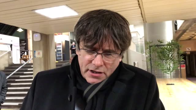 exiled catalan president carles puigdemont speaks at trinity college dublin where he says he wants to return home and for catalonia to join the... - esilio video stock e b–roll
