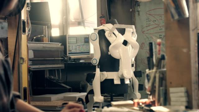 exoskelett-projekt. frau, die letzten anpassungen - heimwerken stock-videos und b-roll-filmmaterial