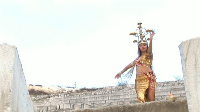 exotischer tanz im alten errichtet - historische kleidung traditionelle kleidung stock-videos und b-roll-filmmaterial