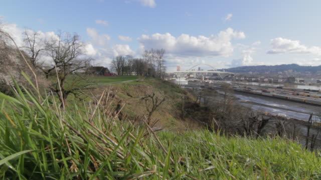 vídeos de stock e filmes b-roll de expansive view of city bridge - rio willamete