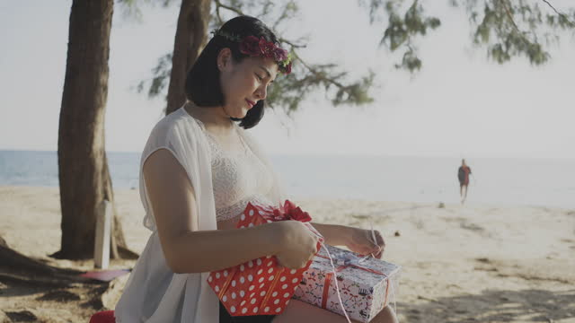 expectant woman hold gift box - prenatal care stock videos & royalty-free footage