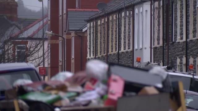 vidéos et rushes de experience of asylum seekers in deprived areas of northern england scotland and wales r14101102 / middlesbrough ext various shots terraced houses on... - town hall