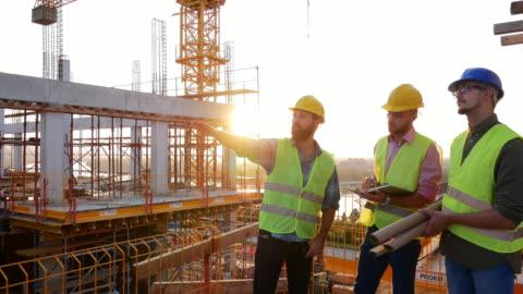 erfarna ingenjörer som arbetar på byggarbetsplatsen - planering bildbanksvideor och videomaterial från bakom kulisserna