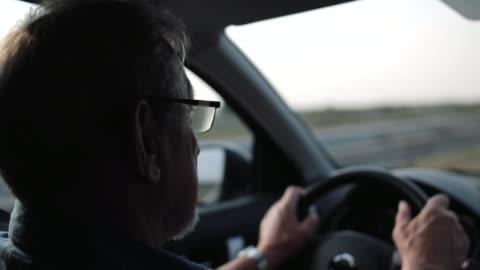 vidéos et rushes de un homme plus âgé avec des disques de verres a connu une voiture - 65 69 ans