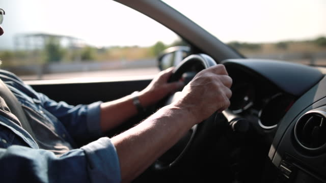 vidéos et rushes de un homme plus âgé avec des disques de verres a connu une voiture - vêtements décontractés