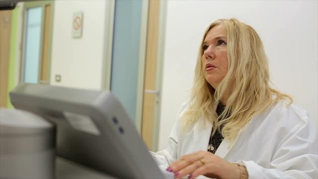 vídeos de stock, filmes e b-roll de trabalho de experientes profissionais oncologista moderno 3d ultra sônico scanner - ultrassom 3d