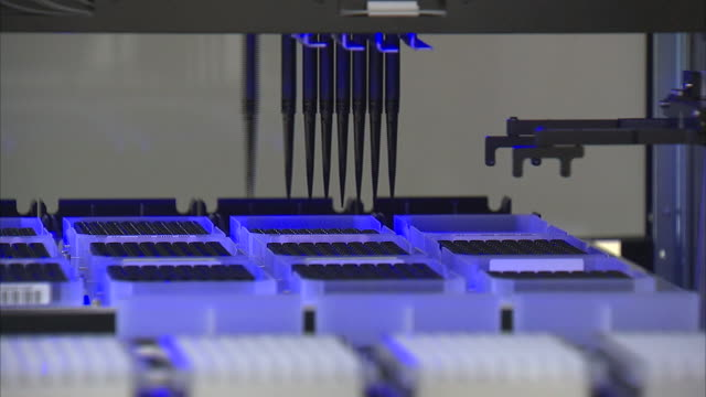 stockvideo's en b-roll-footage met dna experimentation and laboratory machine - dna