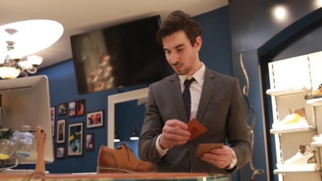 esperto nel settore calzaturiero - vendere video stock e b–roll
