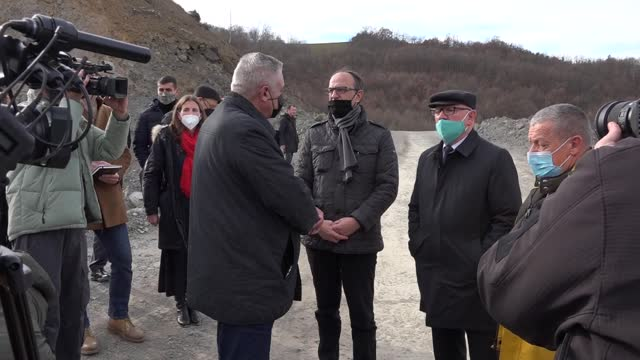 vídeos de stock e filmes b-roll de experts have started excavating a mass grave on friday in southern serbia believed to contain bodies of kosovo albanians. the grave have been found... - cavar