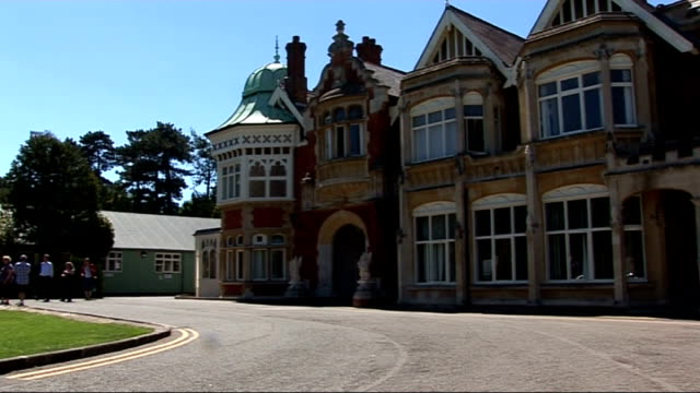 experts try to crack code from carrier pigeon from the second world war t05061029 bletchley park ext various of buildings that housed the code... - バッキンガムシャー点の映像素材/bロール