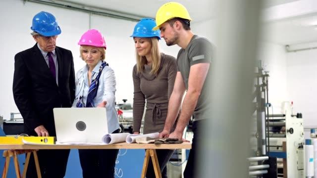 vídeos de stock, filmes e b-roll de explicando as fases de produção - artigo de vestuário para cabeça