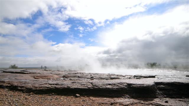 vídeos de stock, filmes e b-roll de exploding geyser - gêiser strokkur
