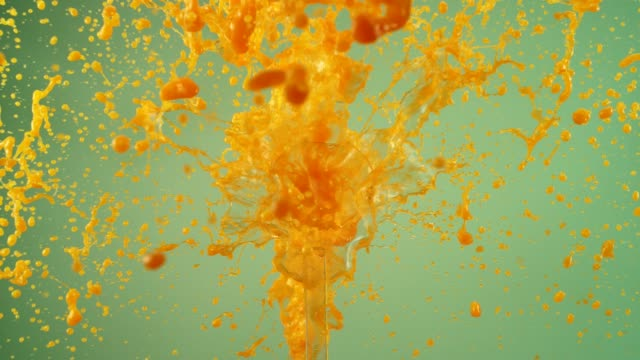 explodierende orangensaft. plantschen in superzeitlupe - orange colour stock-videos und b-roll-filmmaterial