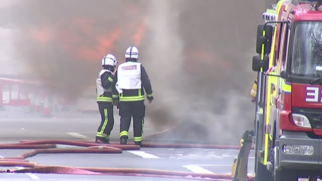 exploding pavements on the rise in london lib gvs firefighters at scene of underground fire at holborn kingsway with smoke and flames billowing... - 非常線点の映像素材/bロール