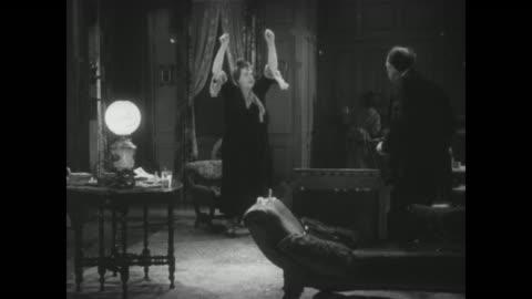 vidéos et rushes de 1929 exploding preserves aid in fugitive's capture - braqueur de banque