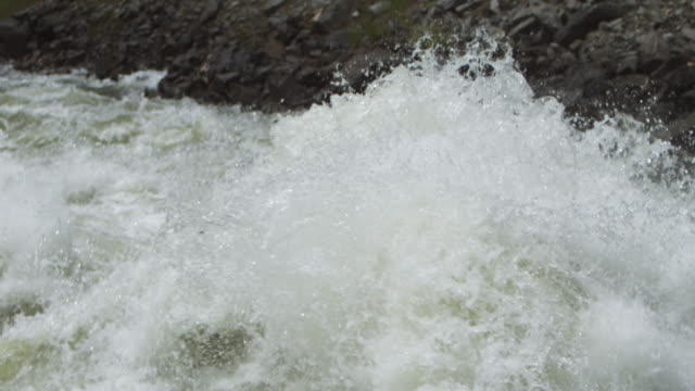 vídeos de stock, filmes e b-roll de ms slo mo exploding waves on flooded river / banks, idaho, united states - enchente