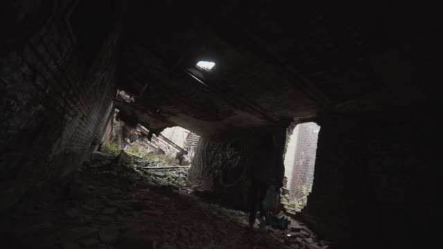 vidéos et rushes de exploration of abandoned factory in montreal, canada - a l'abandon