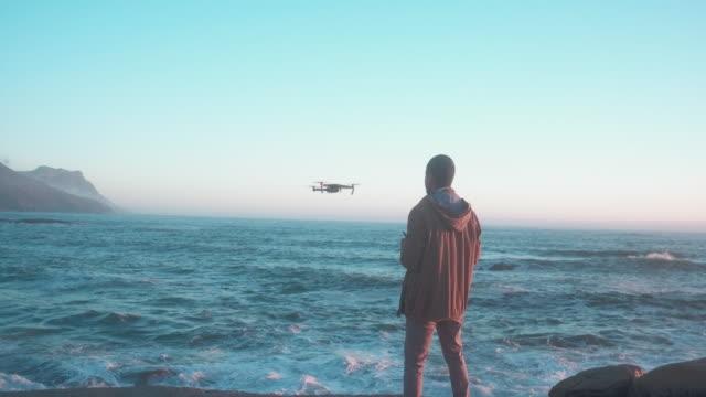 vídeos y material grabado en eventos de stock de explorar la playa desde arriba - operar