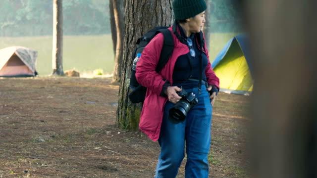 vídeos y material grabado en eventos de stock de explorador activo mayores mujeres - 60 69 años