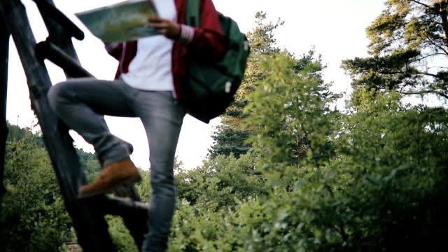 エクスプ ローラー 男性 - 人の背中点の映像素材/bロール