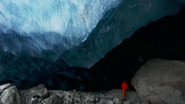 eine altes gletschereis höhle erkunden - land stock-videos und b-roll-filmmaterial