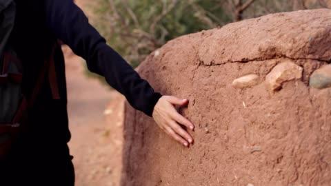 stockvideo's en b-roll-footage met het verkennen van oude muren in marokko. - rugzak