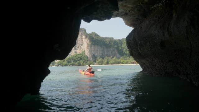 4K UHD: Höhlen in Kajaks erkunden