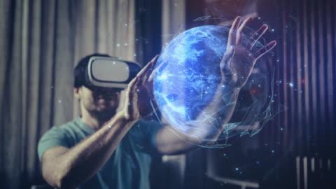 vídeos y material grabado en eventos de stock de explorar planet earth en gafas de realidad virtual - holograma