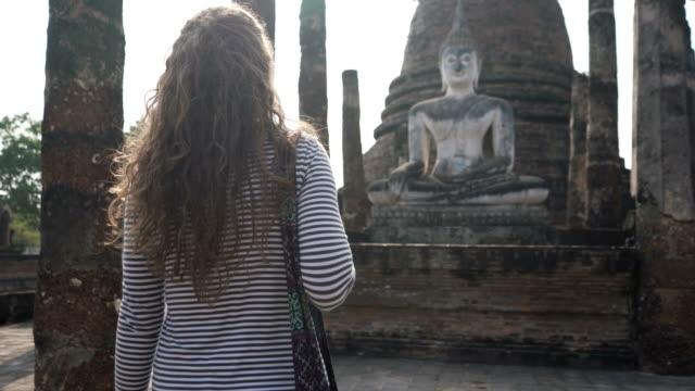 stockvideo's en b-roll-footage met verkennen van thailand - menselijke rug