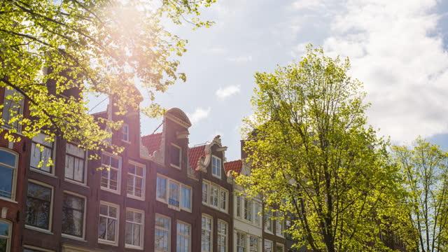vidéos et rushes de explorer la ville d'amsterdam par une belle journée ensoleillée, admirer les maisons de canal traditionnelles - moving past