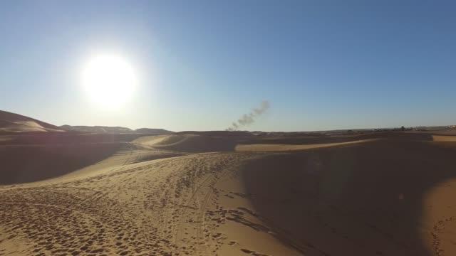 erkunden sie die dünen der sahara-wüste auf einem kamel - erg chebbi desert - pjphoto69 stock-videos und b-roll-filmmaterial