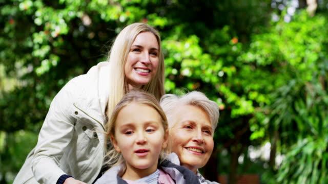vidéos et rushes de explorer les jardins avec ses filles préférées - fille de