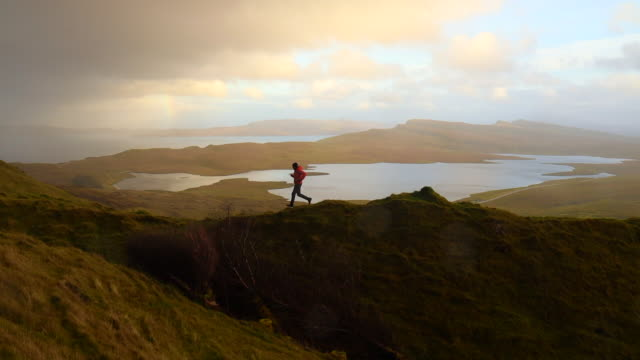 vidéos et rushes de exploring the isle of skye with rainy weather, rainbow and stunning views. - évasion