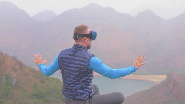 stockvideo's en b-roll-footage met het verkennen van virtual reality. mens die mening bewondert - in kleermakerszit