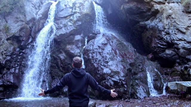 vídeos y material grabado en eventos de stock de explorando el desierto. cascada de montaña admirando hombre - masculinidad