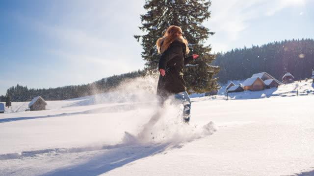 mit schneeschuhen die winterlandschaft erkunden - freizeit stock-videos und b-roll-filmmaterial