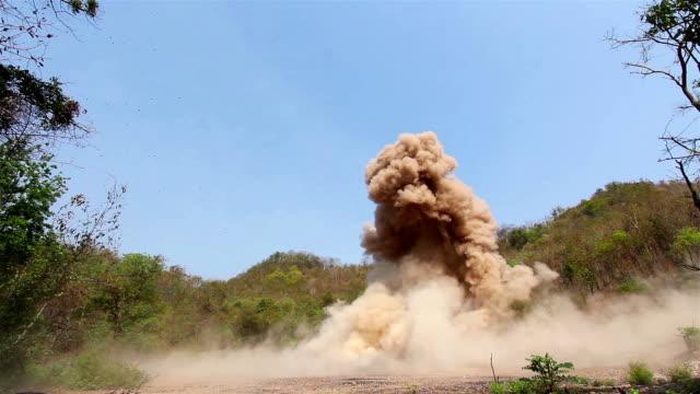explosion von sprengstoff in einem bestimmten bereich unterhalb des bodens. - sprengkörper stock-videos und b-roll-filmmaterial