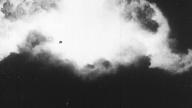 vidéos et rushes de 1956 ws explosion of nuclear bomb and its resulting mushroom cloud / united kingdom - 1956