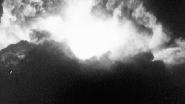 1956 montage explosion of nuclear bombs and their resulting mushroom clouds / united kingdom - radioaktiver niederschlag stock-videos und b-roll-filmmaterial