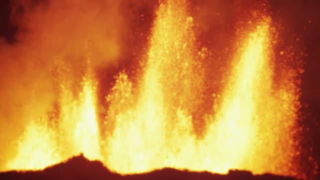 explosive night holuhraun volcanic magma boiling lava iceland - 火山点の映像素材/bロール