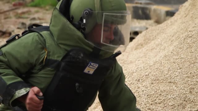 nato explosive ordnance disposal experts train fellow eod soldiers in the jordanian armed forces enhancing their ability to counter the threat of... - attitudine video stock e b–roll