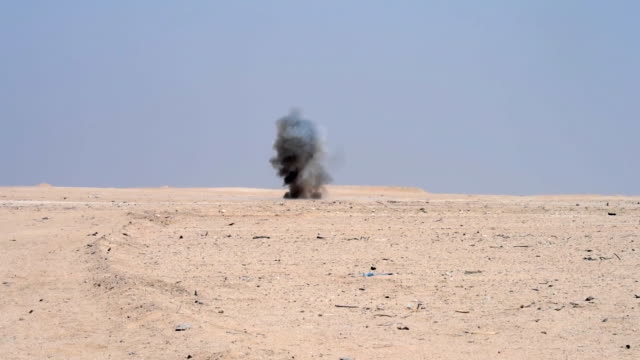 vidéos et rushes de us explosive ordnance disposal flight airmen conduct rapid airfield damage repair training at udairi range kuwait - explosif